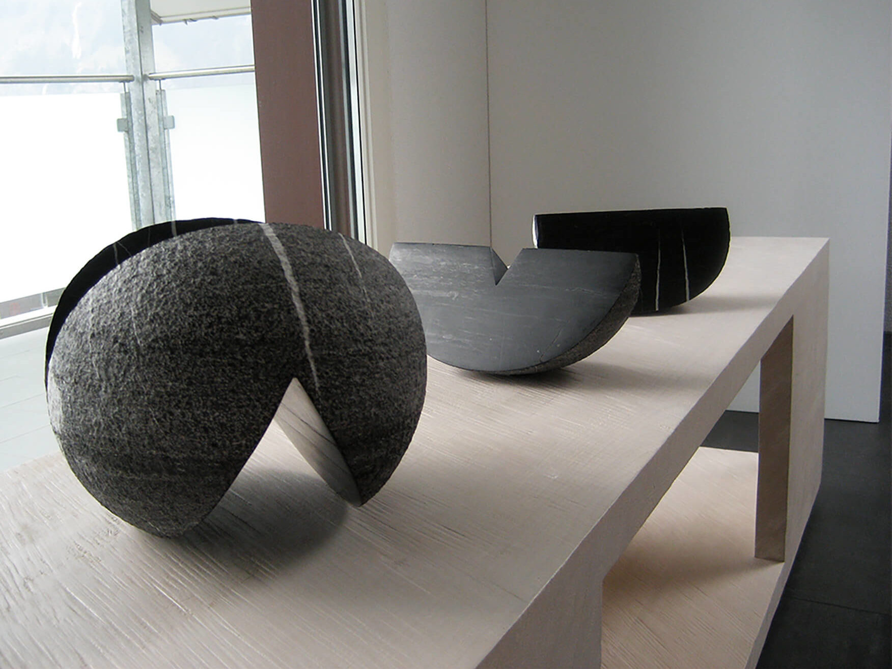 """Die Skulptur """"Ein- und Ausschnitt"""" in seine Einzelteile zerlegt."""