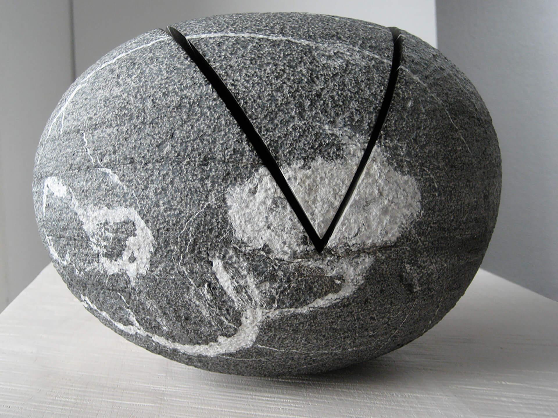 """Die Skulptur """"Ein- und Ausschnitt"""" als geschlossenes Objekt zusammengelegt."""