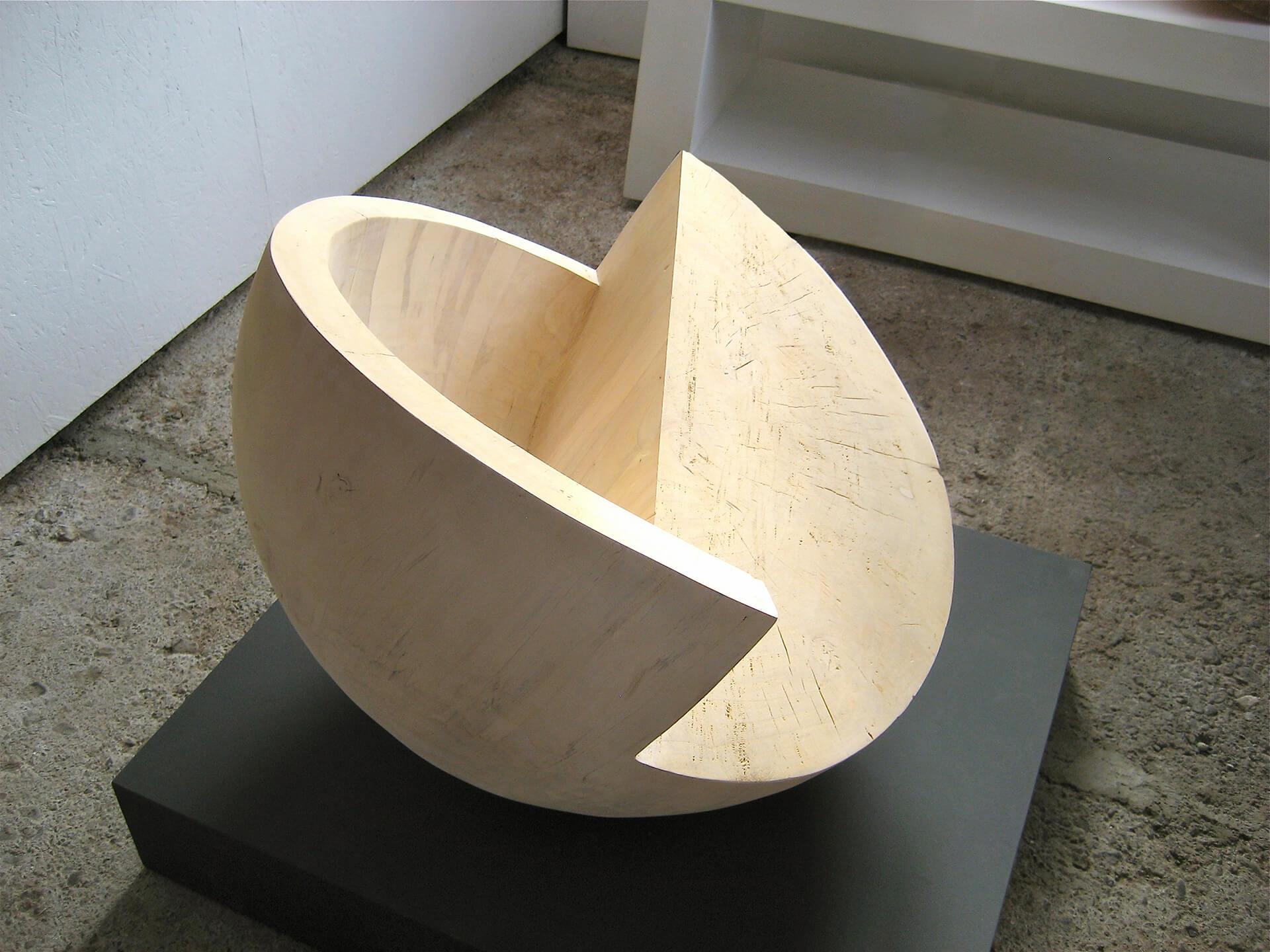 """Die Skulptur """"Halbvoll / Halbleer"""" in der Obersicht."""