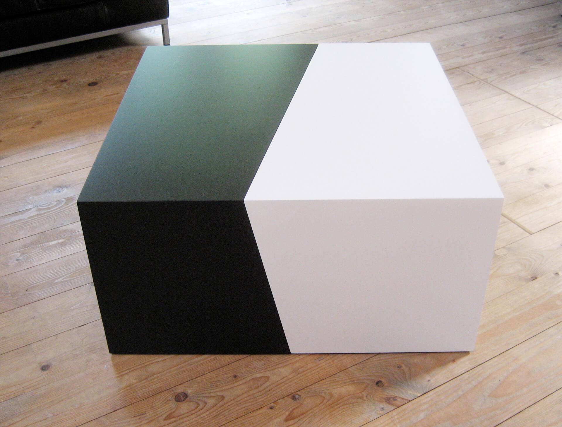 CUBI Tisch in Schwarz und Weiß.