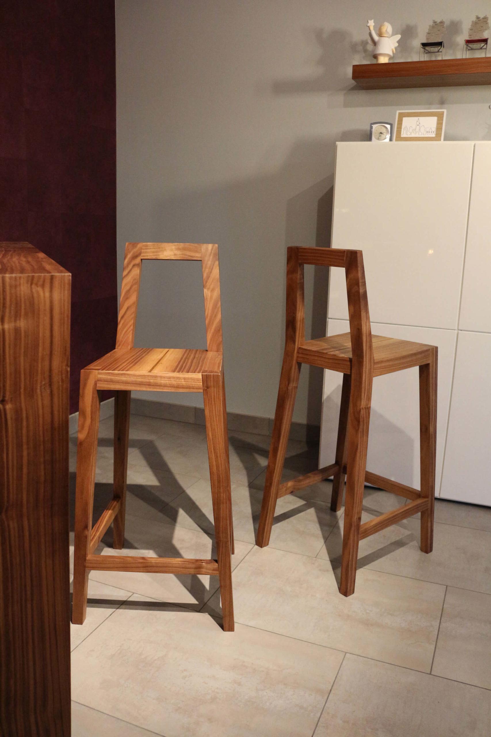 Die beiden Stühle stehen im Fokus. Sie werden einmal von vorne und einmal schräg von hinten gezeigt.