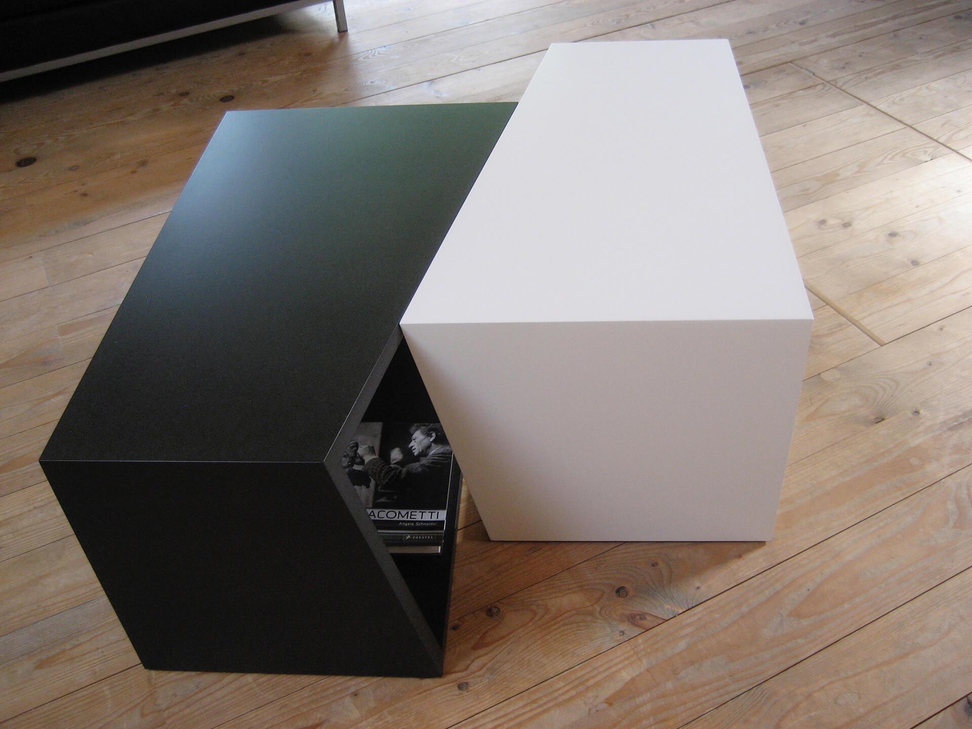 CUBI Tisch in Schwarz und Weiß. Etwas versetzet hingestellt.