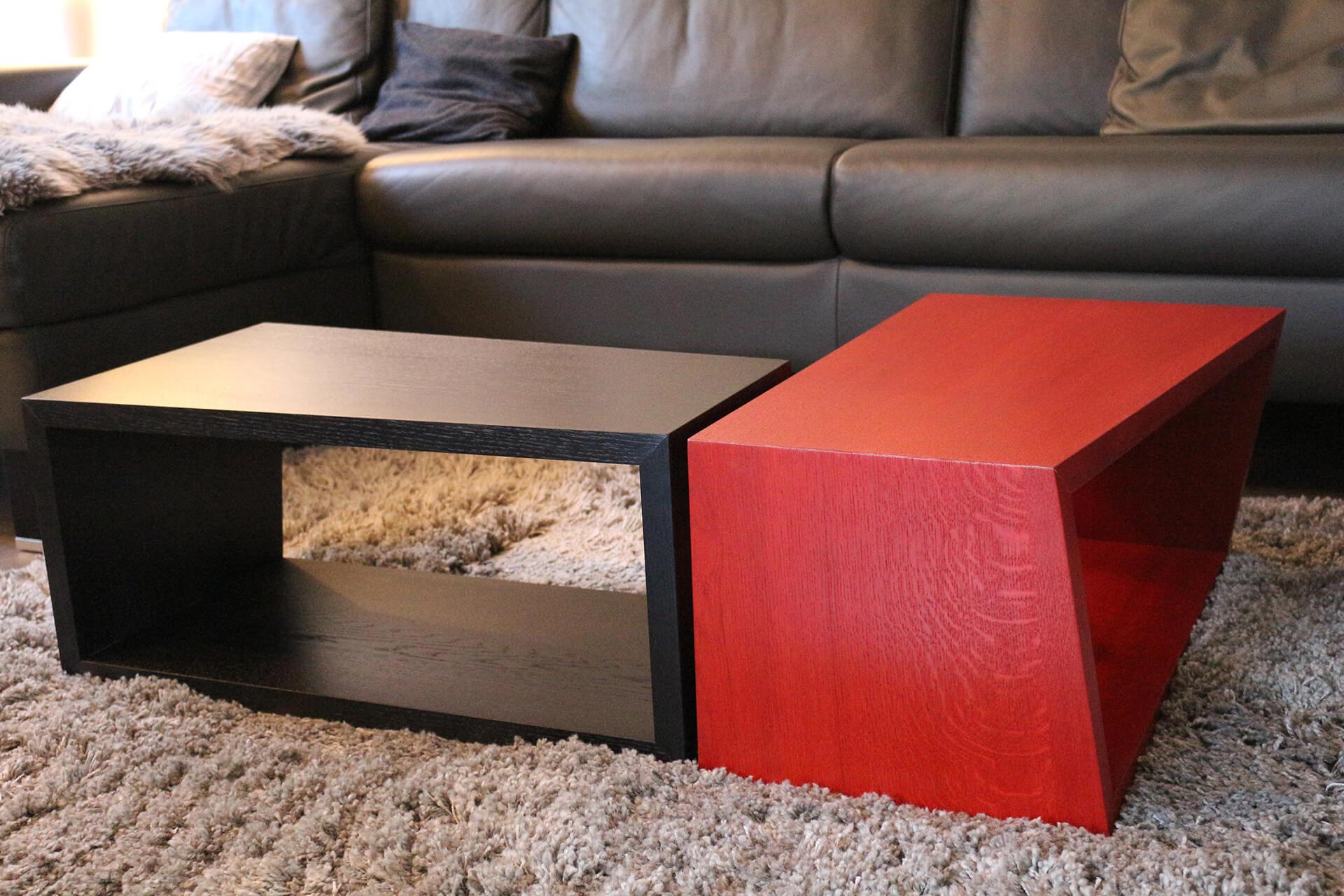 """CUBI Tisch in Rot und Schwarz. Tische als """"L"""" aufgestellt."""