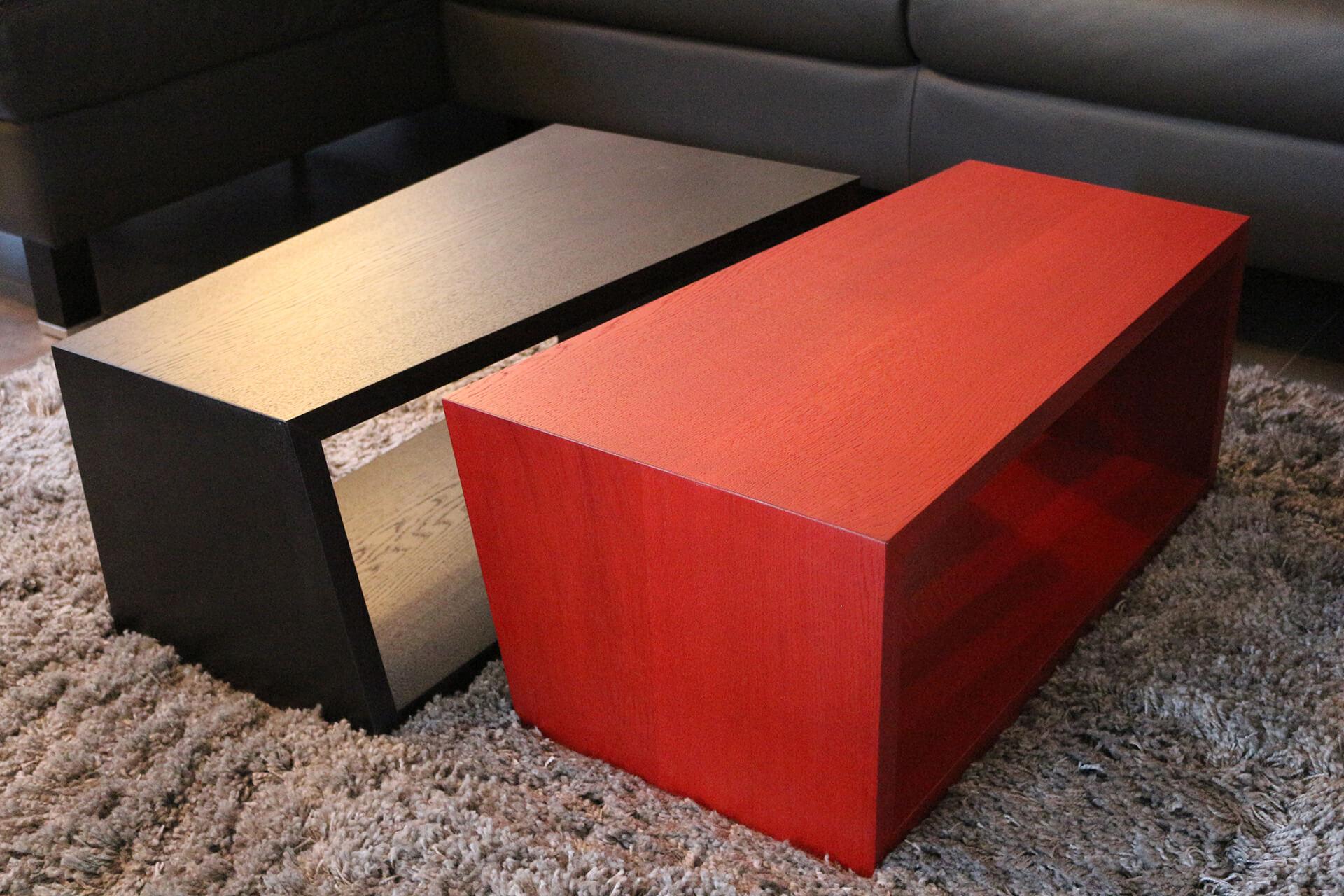 CUBI Tisch in Rot und Schwarz.