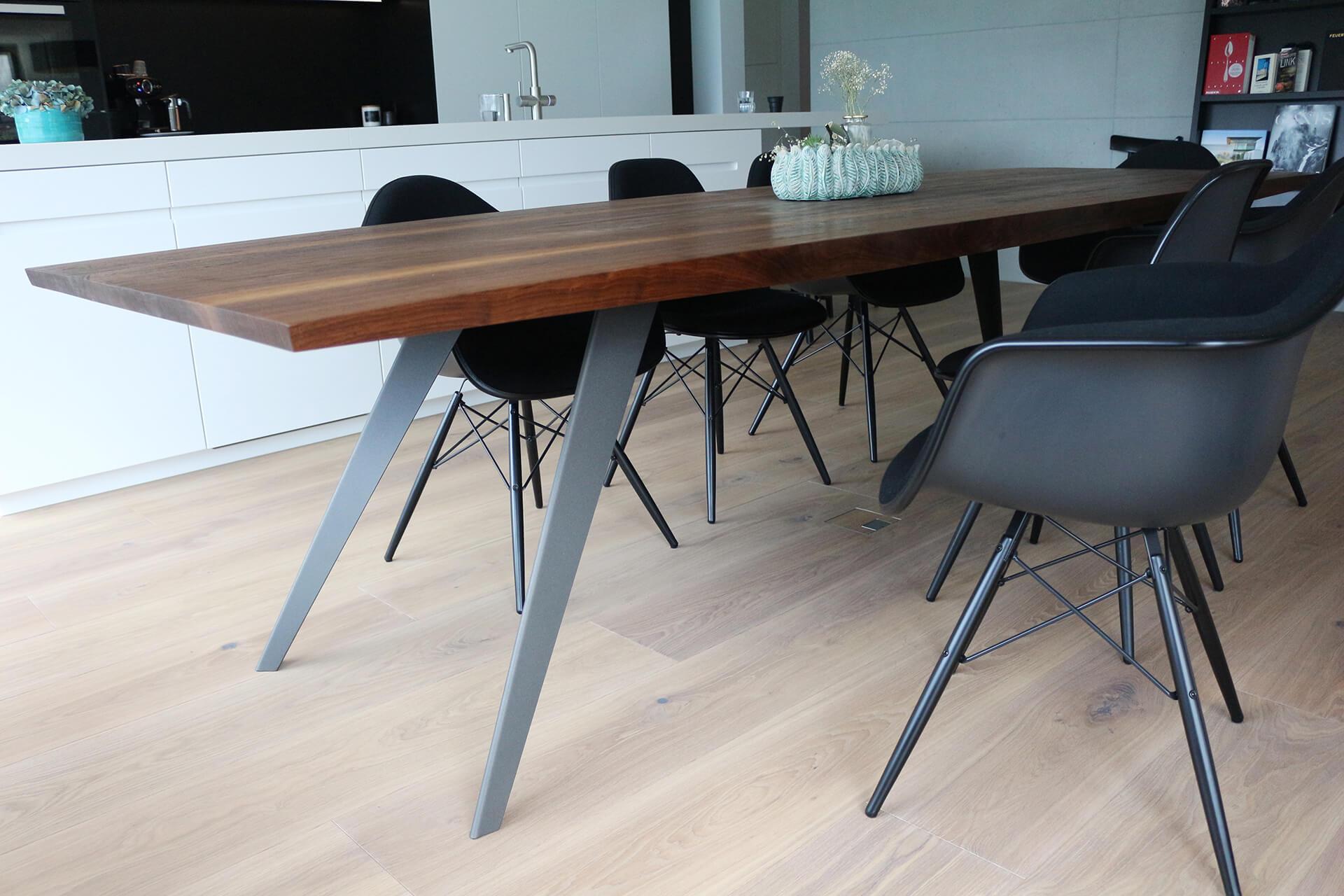 Dekorierter Tisch Flyer, kombiniert mit modernen Stühlen.