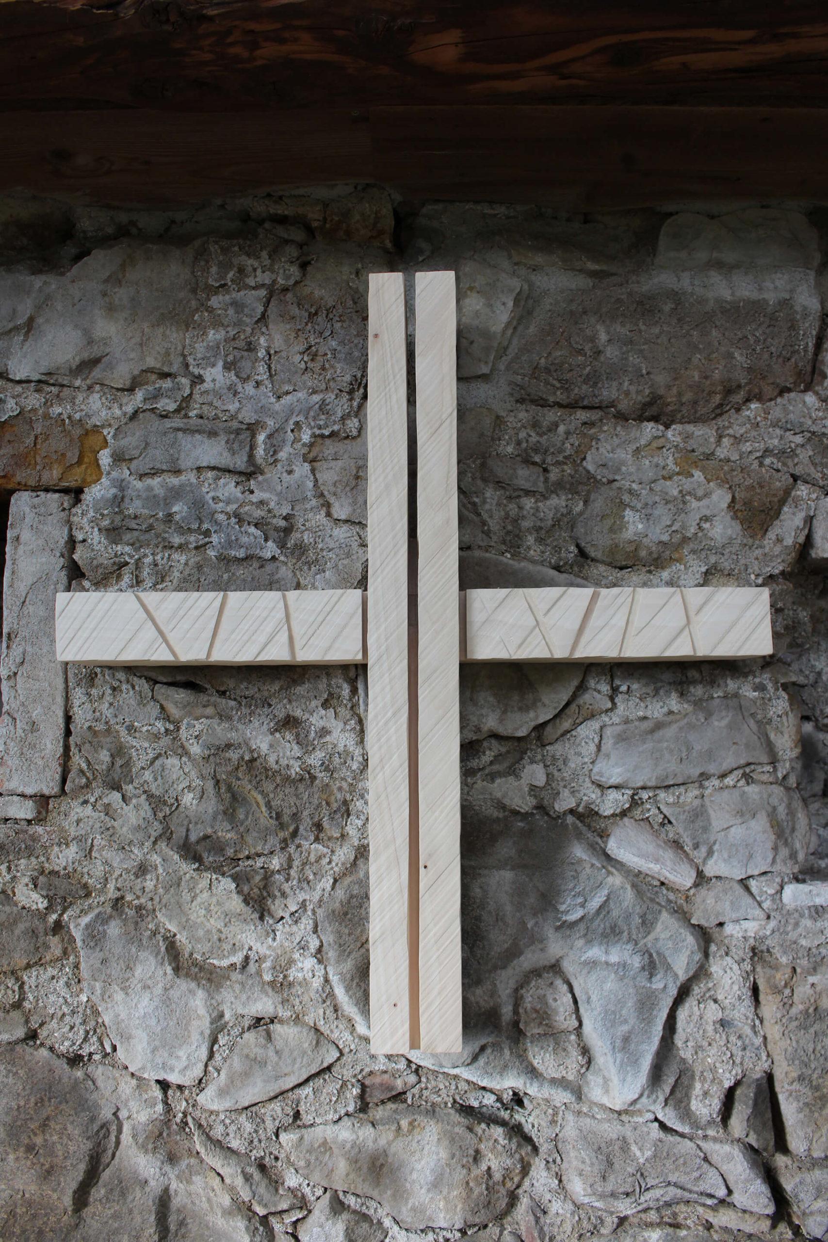 Steinernes Kreuz in der Pilgerkapelle in Rallingen.