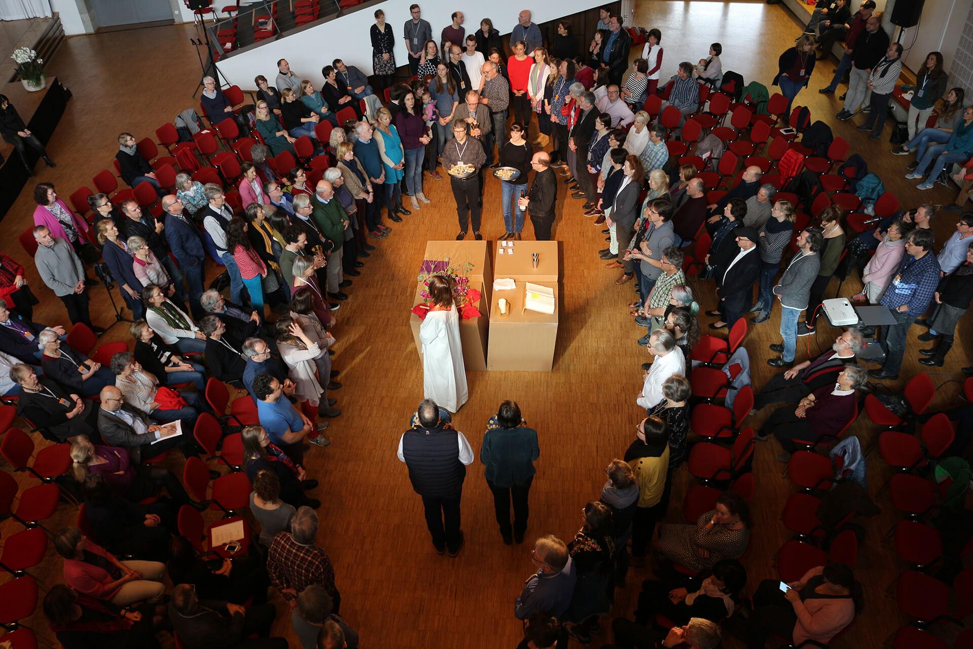 Der Altartisch während einer Messe, in Mitte der kompletten Gemeinde.