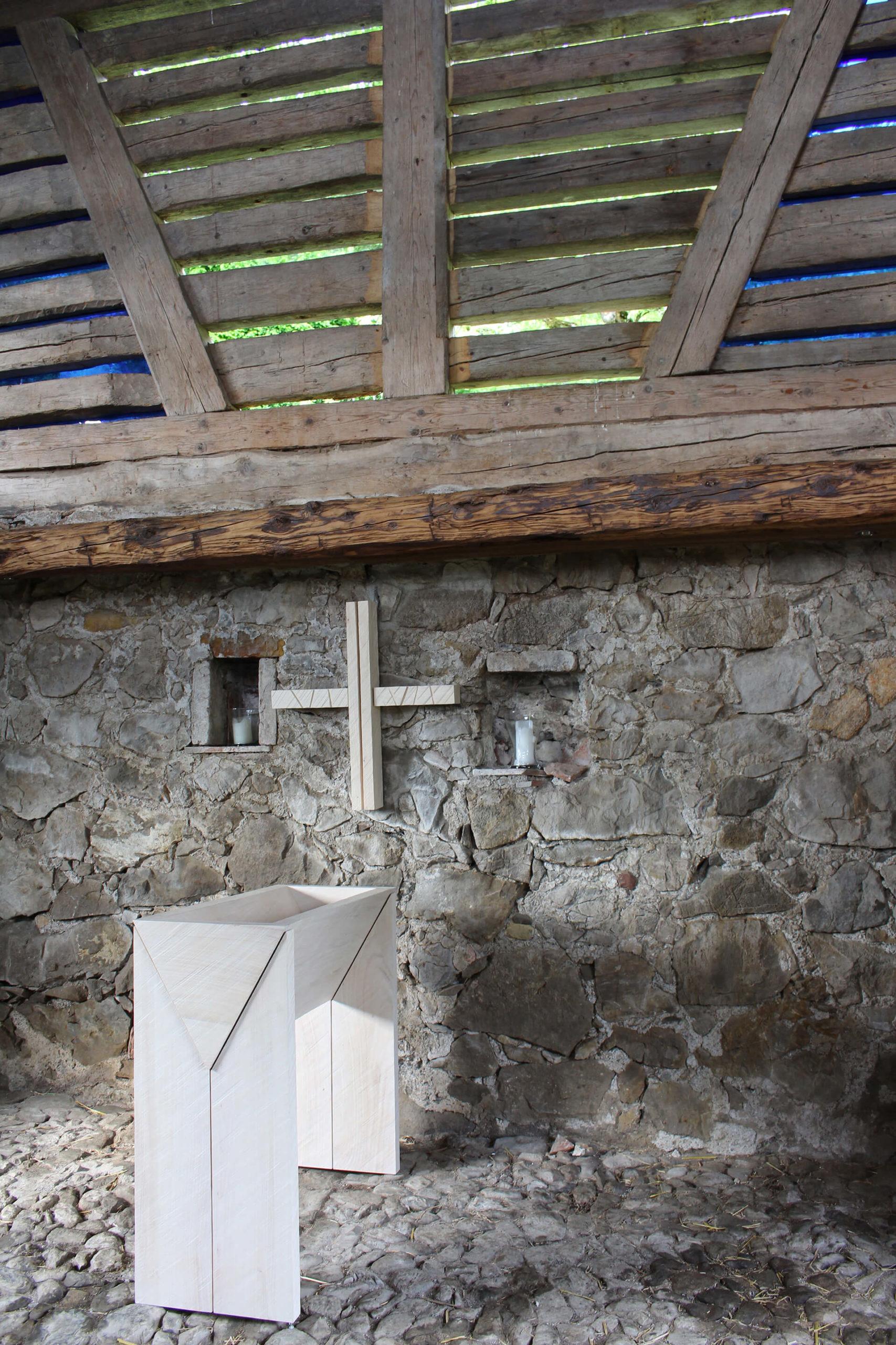 Futterkrippe und Kreuz in der Pilgerkapelle in Rallingen.
