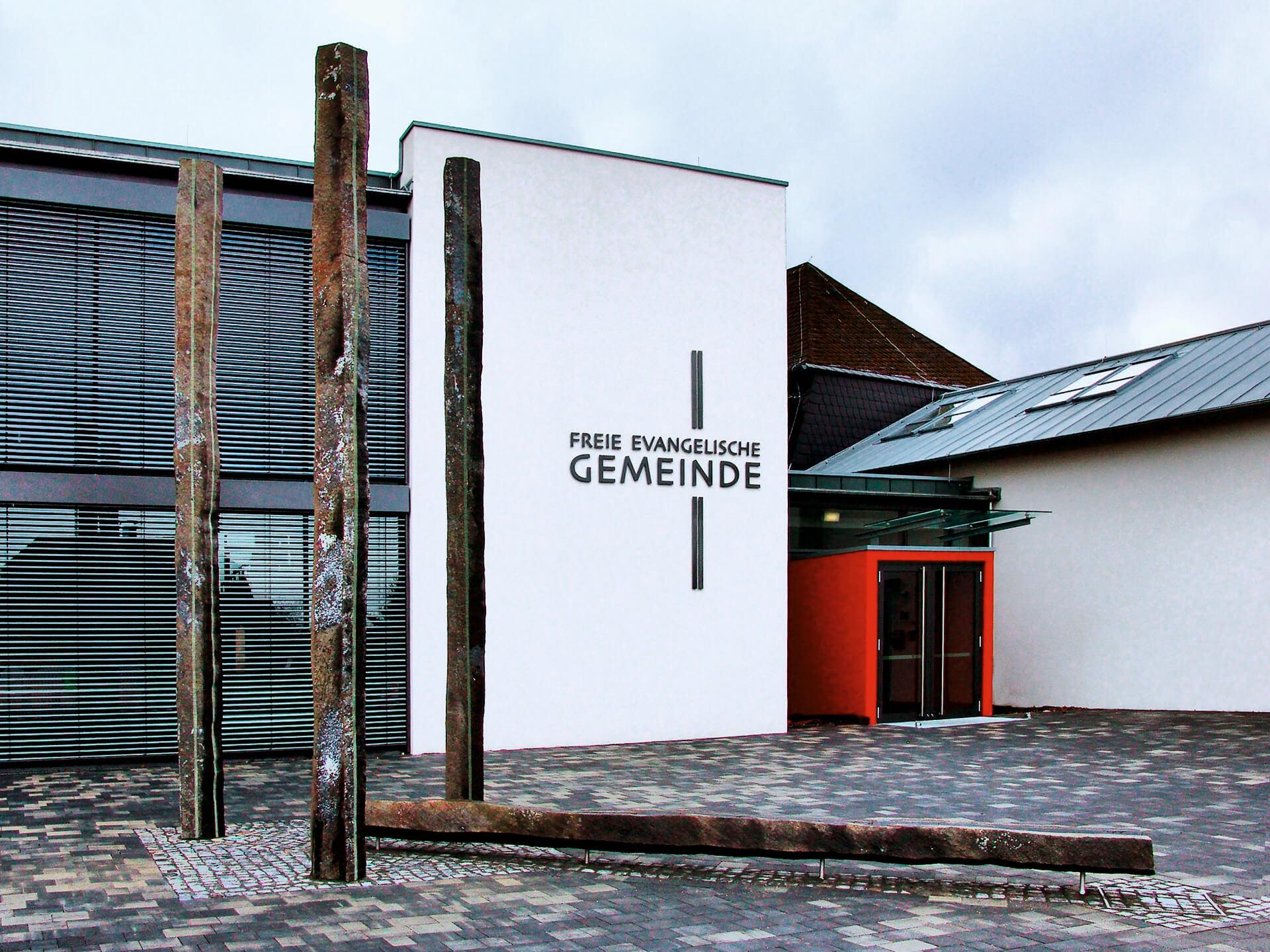 """Die """"Brunnenanlage mit vier Basaltsäulen"""" vor dem Gemeindegebäude"""