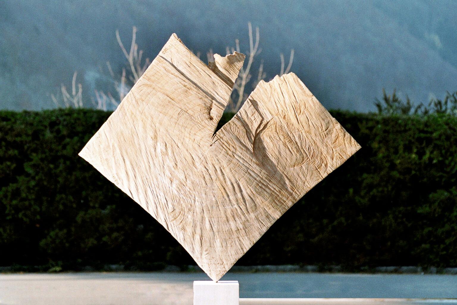 """Die Skulptur """"Aufbruch"""" on der Frontalaufnahme."""